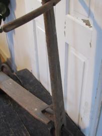 Oud houten stepje. Prachtig patina (vaag blauw)