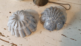 setje van 2 oude/antieke bakvormpjes. Grijs gewolkt