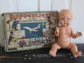 Schattig oud popje! Met gebreide kleertjes (4-dlg)