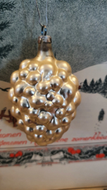 Oude/antieke kerstbal: Druiventros in matzilver. Aan oude hanger
