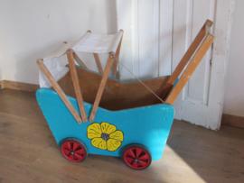 Voor de Poppedijne ...  oude poppenwagen met stoffen kapje