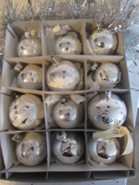 Doos met 12 st. Oude/antieke kerstballen. o.a. Stille Nacht, schaapjes, kerkje etc