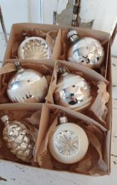 6 Prachtige oude/antieke kerstballen in doos: o.a. dennenappel, deukballen