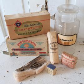 7 delig! Antieke Apothekerspot CAMPHORA met 6x oude verbandmiddelen