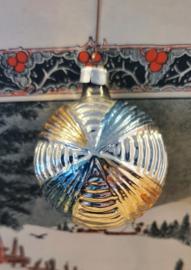 Oude kerstbal: Fantasievrucht met reliëf. met goud en blauw
