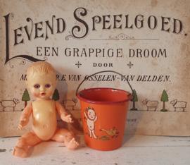 Een prachtig oud/antiek emaille emmertje met decor (hoogte 8 cm.) + een schattig oud popje met slaapoogjes!