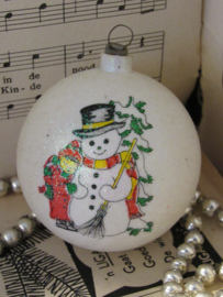 Oude kerstbal: Wit glitter met sneeuwpop en kindje