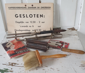 Oude/antieke KAPPERSSET. o.a. Brander met stijltang, krultang, kappersborstel. bord Kappersvereeniging  etc