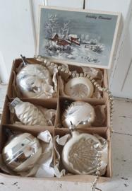 6 GROTE oude/antieke kerstballen in doos. o.a. deukballen. Incl. oude kerstkaart uit ca. 1935