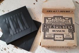 Antiek doosje dof zwarte VLECHTMATJES. Fröbel onderwijs. Ca. 1930