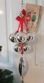 Uit oude winkelvoorraad: Prachtige grote tros met 5 ballen +  1 pegel! + oud prijskaartje + oude kerstkaart