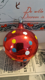 Oude/antieke kerstbal: rood met stippen. Czechoslovakia