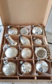 12 st. middelgrote oude/antieke kerstballen in doos met deksel. o.a. deukballen, klokje