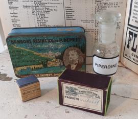 Setje Medisch antiek: 4 delig met o.a. Apotheekflesje PIPERDINE, medicijndoosje etc.