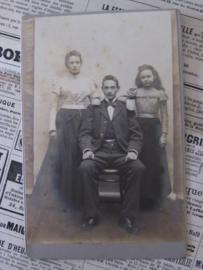 De deugd in het midden? Antieke kabinetfoto uit  ca. 1885. HH