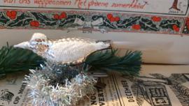 Oude kerstbal: Vogel in warmzilver met reliëf. Besuikerd. op clip