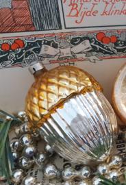 oude/antieke kerstbal: eikel met goudkleurig hoedje