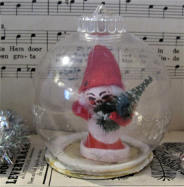 Oude kerstbal met tafereel kerstman met boompje. Diorama