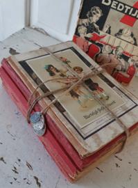 Prachtige bundel van  6 antieke kinderboekjes van rond 1920 + kinderkaart + 3 bedels rijksdaalder/gulden/dubbeltje