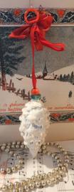 Oude kerstbal: Besuikerde dennenappel aan rood lint