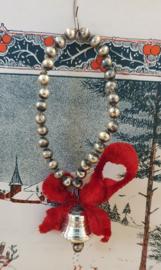 Prachtige oude/antieke kerstdecoratie van glaskralen, chenille en glazen klokje
