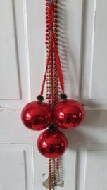 Oude tros met 3 XL rode glazen ballen, aan rood lint