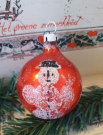 oude, ietwat sleetse kerstbal met sneeuwpop