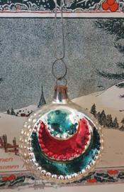 Antieke kerstbal: Bijzonder ornament met kraalrand aan oud hangertje. Zilver/rood/groen