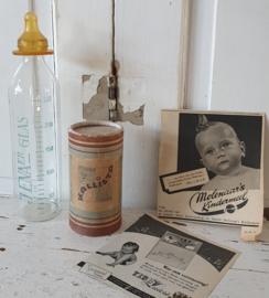 Setje oude babyartikelen: Glazen zuigfles, KALLISTA kinderpoeder, oude advertenties