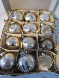 12 stukje mooie oudjes in doos met deksel. o.a. deukballen