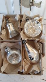 4 prachtige oudjes in doos: o.a. deukballen, klokje