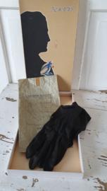 Oude doos met zwarte handschoentjes en winkelverpakking 'GANTERIE ELEGANT' in Breda