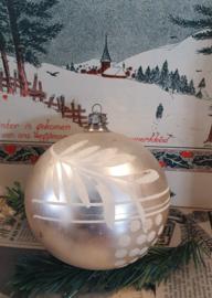 Oude/antieke XL! kerstbal: in prachtig matzilver/witte deco