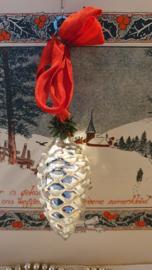 Oude kerstbal: Dennenappel met witte deco, aan rood lint
