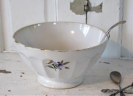 Prachtige oude beboterde grote spoelkom cq roomkom met viooltjes. + Roomlepel