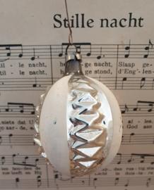 Oude kerstbal: Fantasievrucht in zilver met witte deco