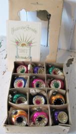 Schattig doosje met 12 antieke FEATHER TREE deukballetjes. Met antieke kerstkaart uit .
