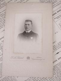 Jongeman met pochet. ca. 1900. Photographie S.A. Schotel, Arnhem