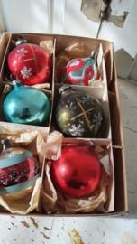 6 oude/antieke kerstballen in oude kleuren. In doos