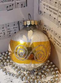 Oude/antieke grote kerstbal met deco in oud goud