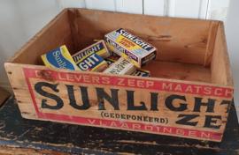 Oude houten SUNLIGHT kist met opdruk