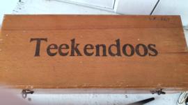 Bijna antieke TEEKENDOOS (met 2 E's) inclusief oude tekenspullen