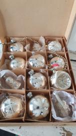 12 stuks mooie oude kerstballen in originele doos met deksel. o.a. viool, klokje, deukbal etc.