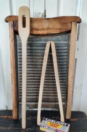 Groot antiek wasbord, prachtig verweerd. + oude wastang en roerspaan