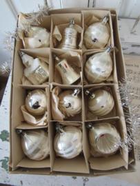 12 supermooie oude/antieke kerstballen in doos. o.a. kerkje, klokjes etc.