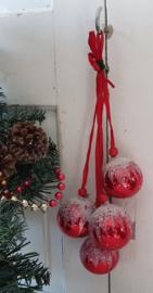 Prachtige tros oude/antieke kerstballen: rood met besuikerde hoedjes