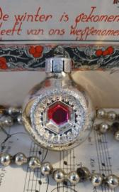 Oude kerstbal: Deukbal met roze en glitterrand