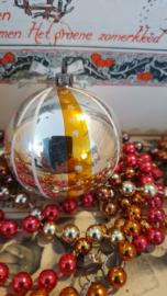 Oude/antieke kerstbal: Zilver met wit en gouden deco