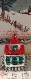 Oude/antieke kerstbal: Zilveren kerkje met kerstkleurtjes