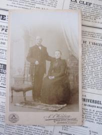 Statig echtpaar ... Kabinetfoto. ca. 1900. Weinberg, Groningen